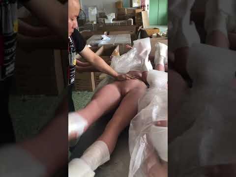 Lockeres Bein einer Real Doll behandeln